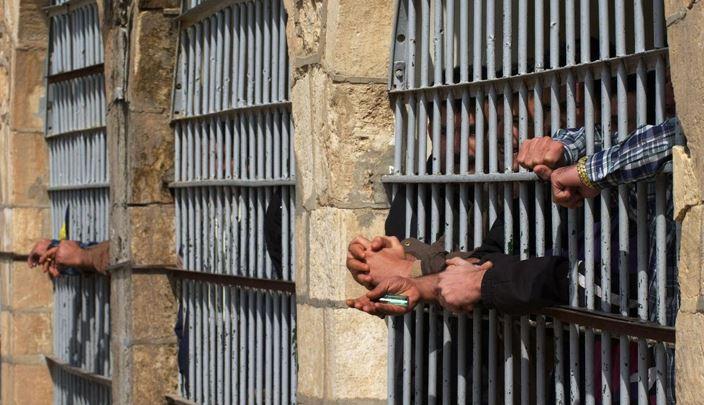 التعذيب في السجون الإيرانية إلى الواجهة مجدّداً... وفاة سجينين بظروف غامضة