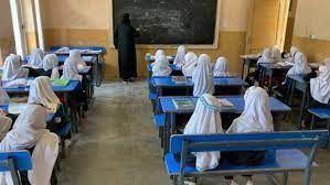 """بـ""""حجاب ومن دون صوت"""".. طالبان تسمح للفتيات بالعودة الى المدارس!"""