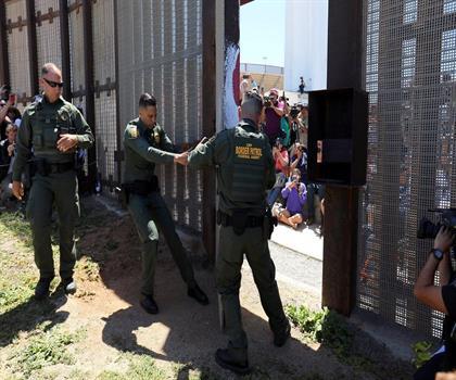 """كارثة يعيشها اللاجئون على الحدود الأميركية .. و""""هيومن رايتس ووتش"""" تفضحها!"""